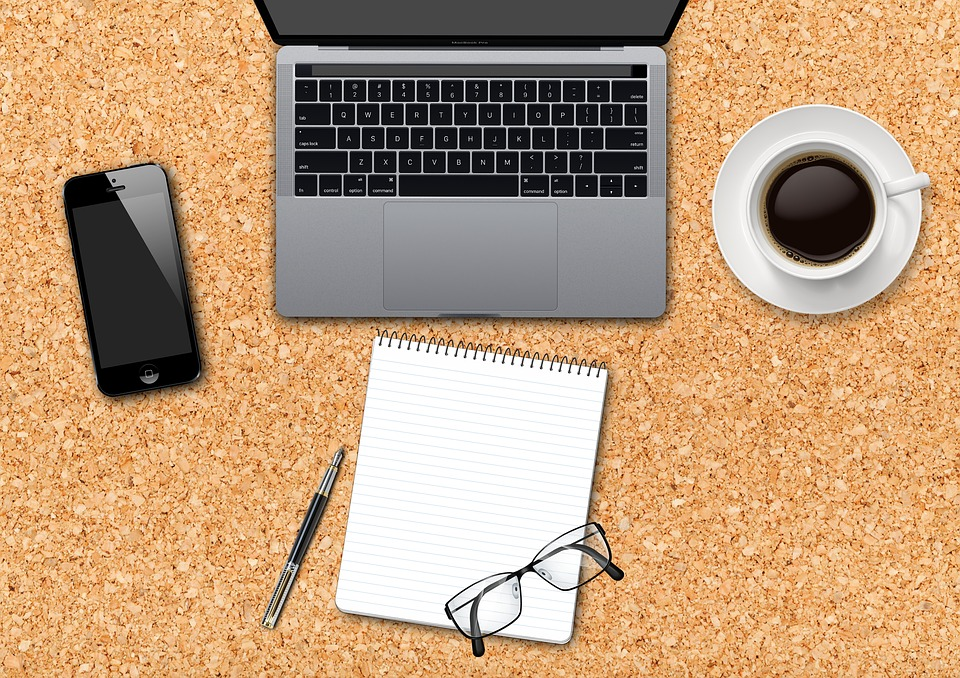 Ordinateur, carnet et café
